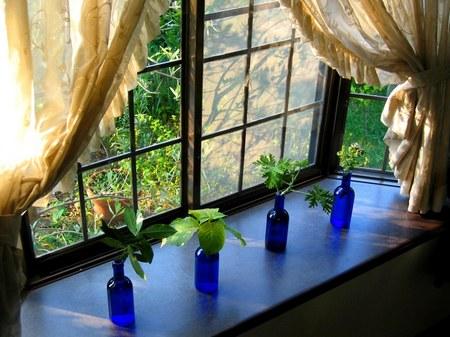 窓辺のガラス瓶