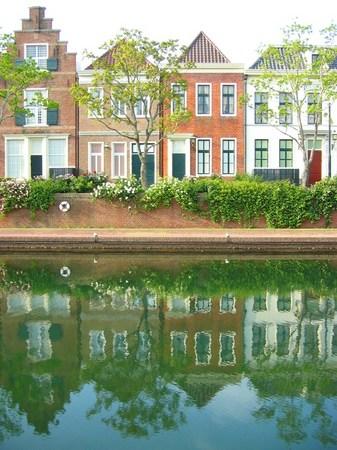ハウステンボス_朝の運河に映る街並み