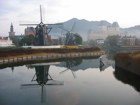 ハウステンボス_朝の運河と風車の風景