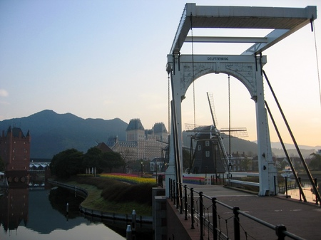 早朝のハウステンボス_跳ね橋と風車のある風景
