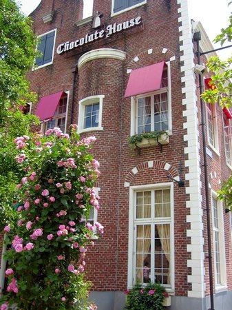 ハウステンボス_チョコレートハウスとバラ
