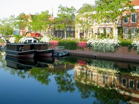 ハウステンボス_街並みを映す朝の運河