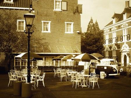 ハウステンボス_スキポール前のオープンカフェ(セピア調)
