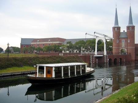 ハウステンボス_運河を往くクルーザー