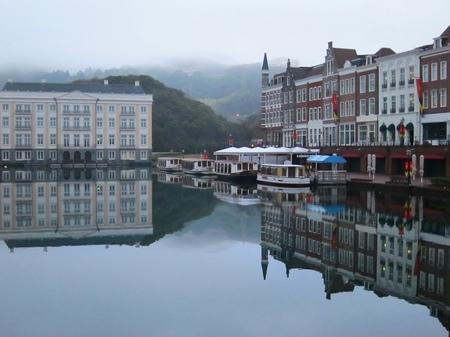 ハウステンボス_早朝の運河に映る街並み
