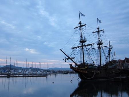 ハウステンボス_早朝のマリーナと帆船デ・リーフデ